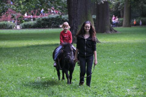 Pony reiten im Park beim Geyserhaus